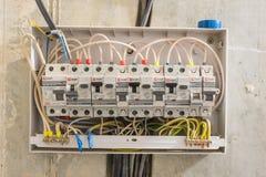 Электрическая доска в квартире, в которую установлены дифференциальные автоматоны и автоматы защити цепи Стоковое Фото