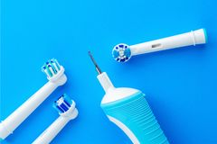 Электрическая зубная щетка на голубой предпосылке Стоковая Фотография RF