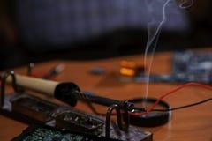 Электрическая инженерная боевая техникой на таблице Стоковая Фотография RF