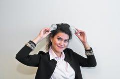 Электрическая лампочка владением бизнес-леди на белой предпосылке Стоковая Фотография RF