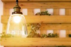 Электрическая лампочка в комнате скопируйте космос стоковые изображения rf