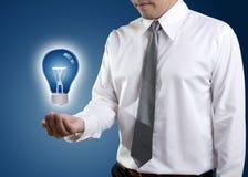 Электрическая лампочка в руке стоковое изображение