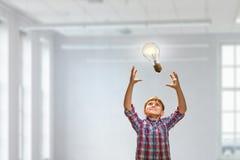 Электрическая лампочка задвижки мальчика Мультимедиа стоковая фотография rf