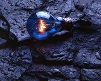 Электрическая лампочка на влажных утесах Стоковая Фотография
