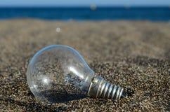 Электрическая лампочка на пляже Стоковые Изображения