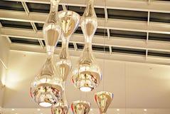 Электрическая лампочка на предпосылке крыши стоковое фото rf