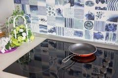 электрическая печка Сковорода помещена на современной электрической плите стоковая фотография rf