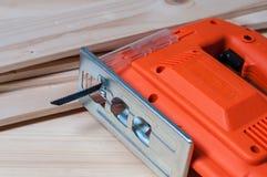 Электрическая пила джига и деревянные планки Стоковые Фотографии RF