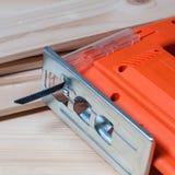 Электрическая пила джига и деревянные планки Стоковые Изображения