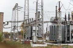 Электрическая подстанция города, конец-вверх, трансформатор с высоковольтными проводами стоковые фото