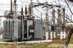 Электрическая подстанция города, конец-вверх, трансформатор с высоковольтными проводами стоковые изображения
