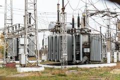 Электрическая подстанция города, конец-вверх, трансформатор с высоковольтными проводами стоковое фото rf