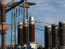 электрическая подстанция изоляторов Стоковая Фотография