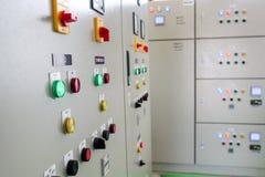 Электрическая подстанция шкафа контроля в заводе водоочистки стоковые фотографии rf