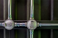 Электрическая работа проводника на стальных балках и крышах металлического листа, хлеве Стоковые Изображения