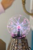 Электрическая разрядка в стеклянном шаре Стоковая Фотография