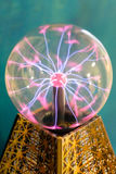 Электрическая разрядка в стеклянном шаре Стоковое фото RF
