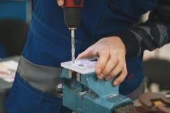 Электрическая сверля машина с ручным давлением - мастерская Стоковое Фото