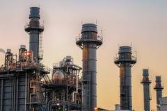 Электрическая станция электропитания газовой турбины с сумерк поддержка вся фабрика стоковые фотографии rf