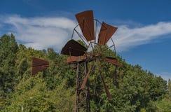Электрическая станция энергии ветра старого металла ржавая Стоковое Изображение