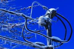 Электрическая установка коробки с кристаллическими сосульками вися от проводов Бедствие зимы погоды в Северной Америке Катастрофа стоковые фото