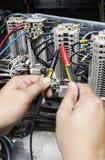 Электрическая часть и аксессуары в шкафе управления, раздатчик управления, замыкание, tagout стоковое изображение
