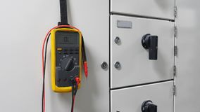 Электрическая часть и аксессуары в шкафе управления, раздатчик управления, замыкание, tagout стоковое фото rf