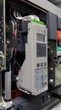 Электрическая часть и аксессуары в шкафе управления, управлении и раздатчике силы, воздушном выключателе стоковые фотографии rf