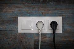 Электрическая штепсельная вилка на деревянной стене Стоковое Изображение