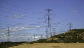 Электрические башни в ландшафте стоковое фото
