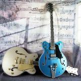Электрические винтажные гитары против музыкального фона стоковые фотографии rf