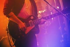 Электрические игры гитариста на этапе Стоковое Изображение RF