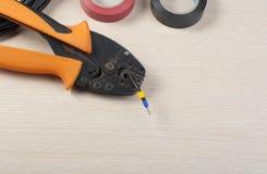 Электрические инструмент и лента изоляции на деревянной предпосылке с космосом экземпляра для текста Стоковое Фото
