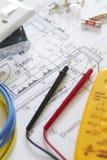 Электрические компоненты аранжировали на планах дома Стоковая Фотография RF