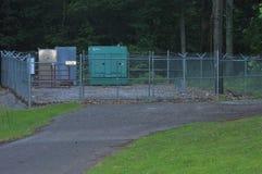 Электрические коробки внутрь загородки звена цепи стоковые фото