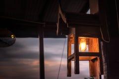 Электрические лампочки конца-вверх деревянные на на открытом воздухе балконе стоковые фотографии rf