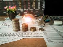 Электрические лампочки помещены в деловых документах и концепциях финансового учета стоковая фотография
