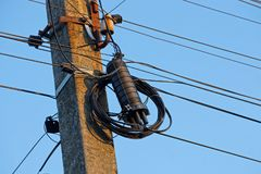 Электрические провода и черный ящик на сером конкретном штендере стоковая фотография rf