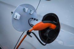 Электрический автомобиль затыкает внутри стоковые изображения rf