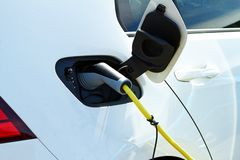 Электрический автомобиль поручен электричеством стоковое изображение