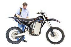 Электрический изолированные мотоцикл и покупатель стоковое фото rf