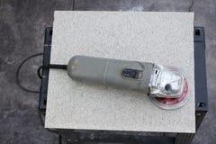 Электрический инструмент резца диска на керамической плитке стоковое изображение rf