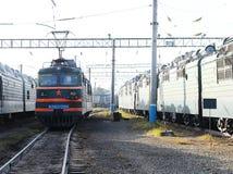 Электрический локомотив в железнодорожном депо стоковые изображения
