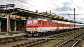 Электрический локомотив класса 162 вызвал Быстр Pershing эксплуатирова КОМПАКТНЫМ ДИСКОМ в Cesky Tesin в Чехии стоковое фото rf