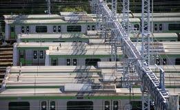 Электрический поезд в депо, массовом trainsit в Японии. Стоковое фото RF