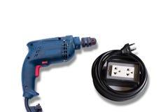 Электрический сверлильный аппарат, штепсельные вилки и провода на белой предпосылке стоковая фотография rf
