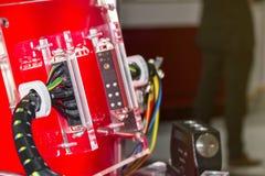 Электрический соединитель провода для промышленной машины и другой на красной доске стоковые изображения rf