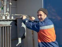 электрический трансформатор ремонтов Стоковая Фотография