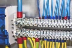 Электрический шкаф с соединениями проводов стоковая фотография