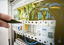 Электрический шкаф с стержнями автоматов защити цепи с выключателями стоковое фото rf